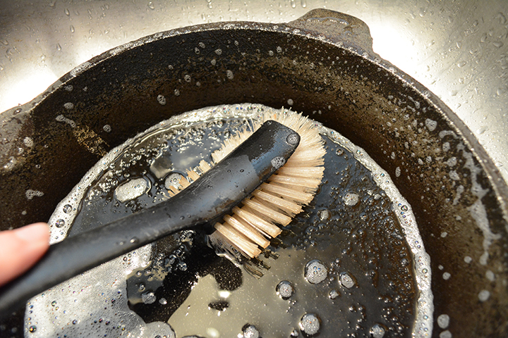 cleaning-cast-iron-skillet